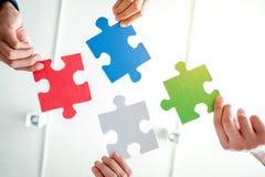 配合会议企业一起七巧板解答concep 免版税库存图片