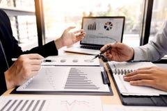 配合公司会议概念,商务伙伴与一起分析起始的财政项目的手提电脑一起使用 库存照片