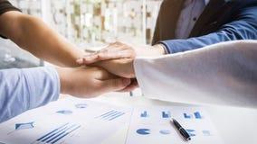 配合力量成功的业务会议工作场所概念 免版税库存图片