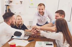配合和teambuilding的概念在办公室,人们连接手 免版税图库摄影