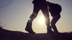 配合商务旅游概念生活方式 腿现出轮廓走在山的上面的人的小组徒步旅行者 影视素材