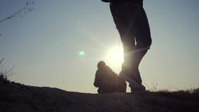 配合商务旅游概念 生活方式腿现出轮廓走在山的上面的人的小组徒步旅行者 股票录像