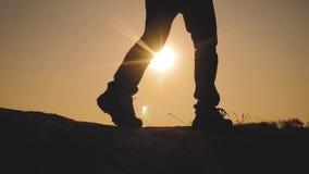 配合商务旅游概念 腿现出轮廓人走的生活方式的小组徒步旅行者在山的上面的 影视素材
