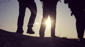 配合商务旅游概念 腿现出轮廓走在山生活方式的上面的人的小组徒步旅行者 影视素材