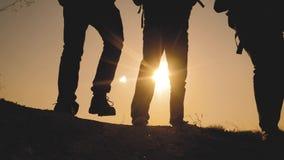 配合商务旅游概念 腿现出轮廓走在生活方式上面山的人的小组徒步旅行者 股票视频