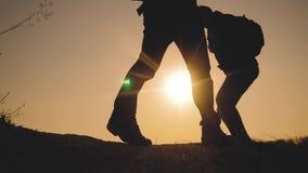 配合商务旅游生活方式概念 腿现出轮廓走在山的上面的人的小组徒步旅行者 股票视频