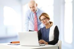 配合在办公室 免版税库存图片