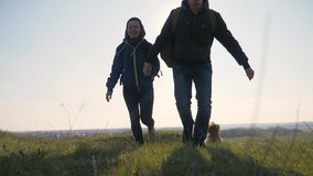 配合幸福家庭商务旅游概念 夫妇是连续剪影跃迁幸福丈夫和妻子奔跑藏品 股票视频