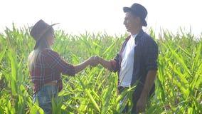 配合幸福家庭巧妙的种田的概念慢动作录影 女孩和人遇见企业合同的握手 股票视频