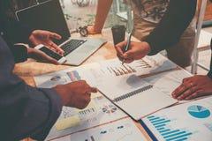 配合开始企业队会议运作在膝上型计算机新的Bu 免版税库存照片