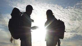 配合旅游业航海概念 幸福家庭徒步旅行者现出轮廓本质上看在智能手机航海道路的 股票录像