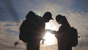 配合旅游业航海概念 幸福家庭徒步旅行者现出轮廓本质上看在智能手机航海道路的 影视素材