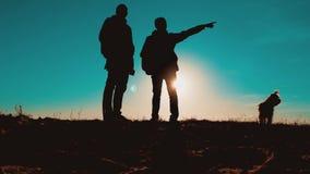 配合智能手机航海 有背包的两个游人徒步旅行者人在日落去远足旅行 徒步旅行者冒险和 股票视频