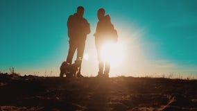 配合智能手机航海 有背包的两个游人徒步旅行者人在日落去远足旅行 徒步旅行者冒险和 影视素材
