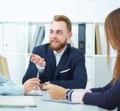 配合概念:年轻微笑的商人在一个会议在办公室 免版税图库摄影
