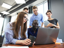 配合概念 年轻创造性的工友与新的起始的项目一起使用在现代办公室 人分析数据 免版税库存图片