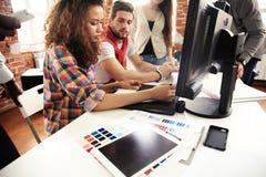 配合概念 年轻创造性的工友与新的起始的项目一起使用在现代办公室 人分析数据 库存照片