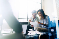 配合概念 年轻商人与新的起始的项目一起使用 在桌、文件和行销上的移动设备 库存照片