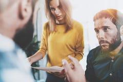 配合概念 坐在会议室和做交谈的企业队 水平 被弄脏的背景 免版税库存照片