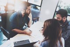 配合激发灵感过程 工作与伙伴一起的年轻人在现代办公室顶楼 3d企业概念查出的会议回报白色 免版税库存图片