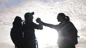 配合男人和妇女企业旅途概念胜利 队游人人和妇女日落剪影帮助握手 影视素材