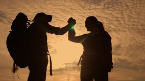 配合男人和妇女企业旅途概念胜利 队游人人和妇女日落剪影帮助握手 股票录像