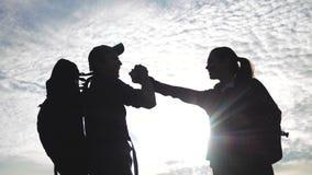 配合男人和妇女企业旅途概念胜利 队游人人和妇女日落剪影帮助握手 股票视频