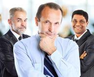 配合的概念和合作以在前景的一个小组商人队 库存图片