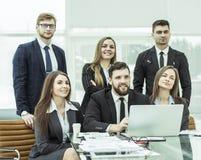 配合的概念-一个成功的企业队在工作场所在办公室 库存图片