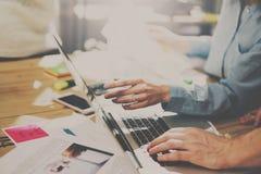 配合过程在晴朗的办公室 指向在便携式计算机屏幕上的妇女手指  水平,被弄脏的背景 免版税库存图片