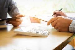 配合过程,两企业同事特写镜头见面的 免版税库存图片
