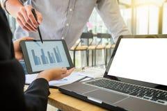 配合过程,指向两企业的同事当前和 免版税库存照片