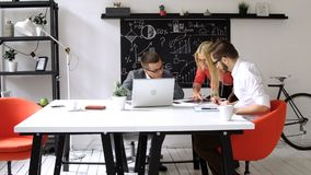 配合:企业讨论在办公室桌上 股票录像