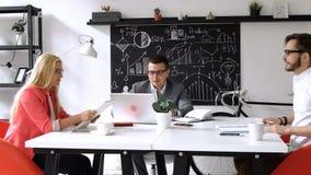 配合:企业讨论在办公室桌上 股票视频