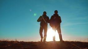 配合 与背包走在日落的两条游人徒步旅行者人和狗去远足旅行 慢动作录影 旅途 股票录像