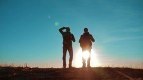 配合 两条游人徒步旅行者人和狗与背包在日落去远足旅行 慢动作录影 旅途和徒步旅行者 股票录像