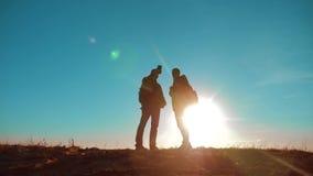 配合 两条游人徒步旅行者人和狗与背包在日落去远足旅行 慢动作录影 智能手机 影视素材