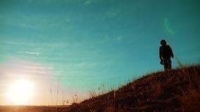 配合 享受日出的两个徒步旅行者走从山和狗的上面 慢动作录影 生活方式两徒步旅行者 影视素材