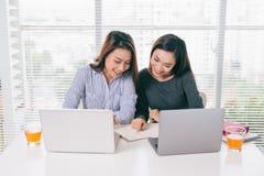 配合 工作与膝上型计算机一起的买卖人在办公室 免版税图库摄影