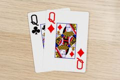 配对女王/王后-打啤牌牌的赌博娱乐场 免版税图库摄影