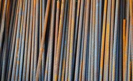配筋或者钢筋,是热轧和广泛使用在建筑业的一个共同的铁棍,特别是fo 免版税库存图片