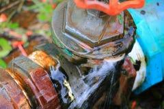 配管在等待修理水管工的管泄漏用行动水 免版税图库摄影