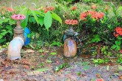 配管在等待修理水管工的管泄漏用行动水 免版税库存照片