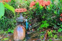 配管在等待修理水管工的管泄漏用行动水 免版税库存图片