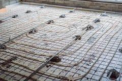 配管工登上了地下暖气设备 加热系统和地下暖气设备 免版税图库摄影