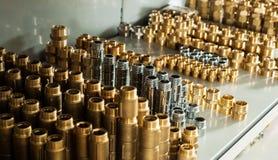 配管设备镀铬物和黄铜阀门准备手肘 免版税库存图片