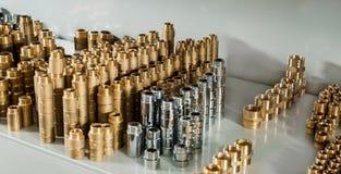 配管设备镀铬物和黄铜阀门准备手肘 免版税库存照片