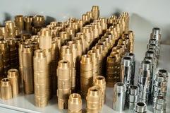 配管设备镀铬物和黄铜阀门准备手肘 图库摄影