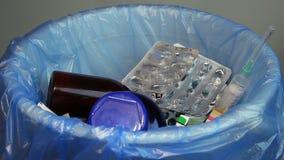 配置空的疗程瓶,天线罩包装,使用了注射器 股票视频