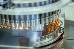 配药光学一次用量的针剂检查机器 免版税库存照片